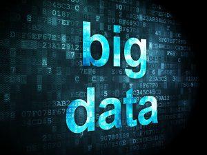 """هرچند بیان این موضوع که """"داده ها، طلای قرن 21ام هستند"""" یک کلیشه است، ولی کمتر کسی به این موضوع در این کلیشه توجه کرده است که داده های خام برای تبدیل شدن به طلا، باید تحت یک پروسه داده کاوی یا داده یابی قرار بگیرند. در قلب بیشتر شرکت های امروزی، حجم داده های موجود بیش از حد توان یک انسان برای تحلیل آنها میباشد، و تحلیل این داده ها برای پیشرفت کسب و کار ها حیاتی است، اینجاست که ما به سمت علم داده سوق داده میشویم. این مساله به خصوص در شرایط کنونی دنیا صدق میکند، شرایطی که بیشتر کسب و کار ها دست به دامان تکنولوژی شده اند تا بتوانند سرپا بمانند. تحلیل بیگ دیتا به شرکت هایی این امکان را میدهد که مسائل پیچیده ای مانند تحلیل ریسک را انجام بدهند که پیش از این قادر به این کار نبوده اند. حوزه بیگ دیتا باعث ایجاد یک جهش در زمینه خدمات مالی شده است. تامین کنندگان به طور دائمی در تلاش برای نوآوری و بهبود ابزار هایی که در اختیار مشتریان خود قرار میدهند هستند، در پی ارائه سرویس ها و پشنهادات مختلف در جهت افزایش وفاداری مخاطبان خود هستند و به دنبال افزایش سهم بازار خود نسبت به رقبایشان هستند. نکته ی کلیدی در این رقابت، استفاده از بیگ دیتا و یادگیری ماشینی است. این تکنولوژی ها ارائه خدمات نامعمول و گرانی مانند محاسبه ریسک سرمایه گذاری های کلان و تحلیل آنان را، با سرعت بیشتر و قیمت مناسبترفراهم میکنند. نقش علم داده در تحول حوزه فینتک نقش علم داده در تحول حوزه فینتک big data 3 300x225"""