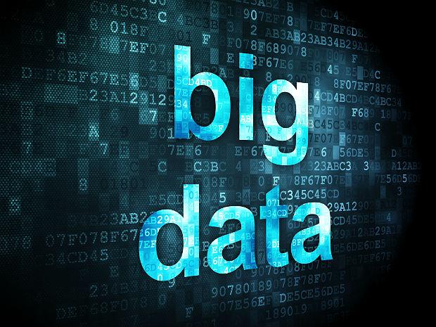"""هرچند بیان این موضوع که """"داده ها، طلای قرن 21ام هستند"""" یک کلیشه است، ولی کمتر کسی به این موضوع در این کلیشه توجه کرده است که داده های خام برای تبدیل شدن به طلا، باید تحت یک پروسه داده کاوی یا داده یابی قرار بگیرند. در قلب بیشتر شرکت های امروزی، حجم داده های موجود بیش از حد توان یک انسان برای تحلیل آنها میباشد، و تحلیل این داده ها برای پیشرفت کسب و کار ها حیاتی است، اینجاست که ما به سمت علم داده سوق داده میشویم. این مساله به خصوص در شرایط کنونی دنیا صدق میکند، شرایطی که بیشتر کسب و کار ها دست به دامان تکنولوژی شده اند تا بتوانند سرپا بمانند. تحلیل بیگ دیتا به شرکت هایی این امکان را میدهد که مسائل پیچیده ای مانند تحلیل ریسک را انجام بدهند که پیش از این قادر به این کار نبوده اند. حوزه بیگ دیتا باعث ایجاد یک جهش در زمینه خدمات مالی شده است. تامین کنندگان به طور دائمی در تلاش برای نوآوری و بهبود ابزار هایی که در اختیار مشتریان خود قرار میدهند هستند، در پی ارائه سرویس ها و پشنهادات مختلف در جهت افزایش وفاداری مخاطبان خود هستند و به دنبال افزایش سهم بازار خود نسبت به رقبایشان هستند."""