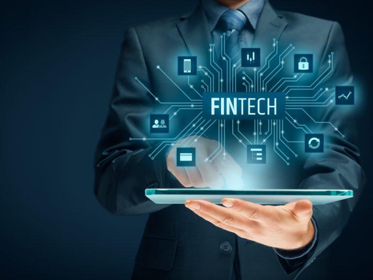 باید به این واقعیت توجه داشت که گونهی جدیدی از شرکتهای فناوری – مالی، فینتک، در دنیایی توسعه یافته، بانکهای اشتراکی یا غیرمتمرکز هستند. استارتاپها، درحال یورش و از میان بردن تمامی اجزای بانکداری سنتی در ابعاد مختلف آن (مانند حسابها، سبدهای سرمایهگذاری، وام مسکن، وام خودرو، و پرداختهای فرد به فردی) هستند. در طول پنج تا شش سال گذشته، شاهد هجوم قابل توجه سرمایه و افراد مستعد و توانمند به استارتاپها بودهایم؛ به طوری که سرمایهگذاری در این زمینهها، از سال 2011، رشدی 8 برابری داشته است. این گونه محصولات، در دنیای در حال توسعه کنونی، بر اقتصادهای رشدیافته اثر مثبتی گذاشته، موجب بهره وری بهتر و همچنین منافع امنیتی گسترده تر شده، و توانسته مجموعاً 2 میلیارد کاربری را که در بانکداری سنتی کمبودهایی حس میکردند، جذب خود کند. بلاگ بلاگ jirsak 123rf 87286071 custom 768x576