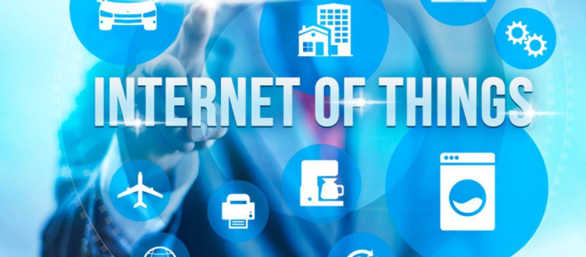 به طور مثال یک لامپ میتواند با استفاده از یک اپ روی گوشی هوشمند خاموش و یا روشن شود. دستگاه های IOT میتوانند به سادگی یک اسباب بازی بچگانه یا به پیچیدگی یک ماشین بدون سرنشین باشند. یک دستگاه IOT بزرگ، ممکن است خود تشکیل شده از چندین بخش مختلف از اشیایی باشد که هرکدام خود به تنهایی یک دستگاه IOT میباشند، به طور مثال یک هواپیما که به طور دائم در حال انتقال و دریافت داده های مختصات مکانی و جغرافیایی میباشد تا مطمئن شود که در بهینه ترین حالت ممکن حرکت میکند. قدم بلندپروازانه بعدی شهرهای هوشمند میباشند که هر منطقه از آن ها پر از سنسور های مختلف برای درک و کنترل محیط زیست مورد بحث میباشد.